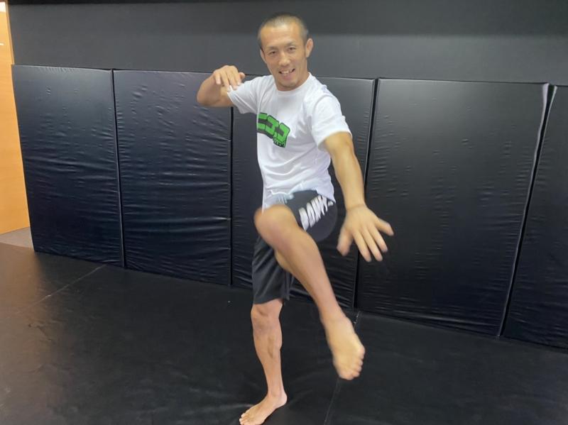 横浜の総合格闘技&キックボクシング&柔術 リバーサルジム「グランドスラムオンラインレッスン」 一畳スペースでOK!お家キック画像1
