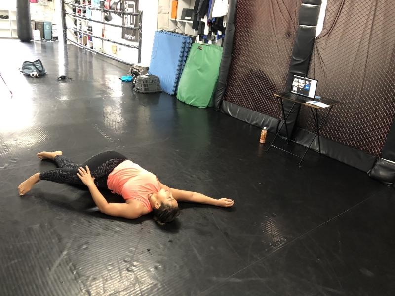 横浜の総合格闘技&キックボクシング&柔術 リバーサルジム「グランドスラムオンラインレッスン」 美尻ストレッチ画像1